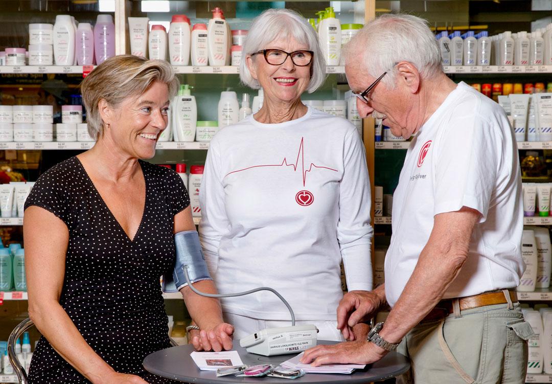 Hjerteforeningens formand, Anne Kaltoft, får målt sit blodtryk