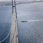 Storebæltsbroen - Kongeskibet krydser under broen