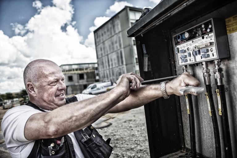YouSee tekniker på byggeplads - Til Billedarkiv Dansk Metal